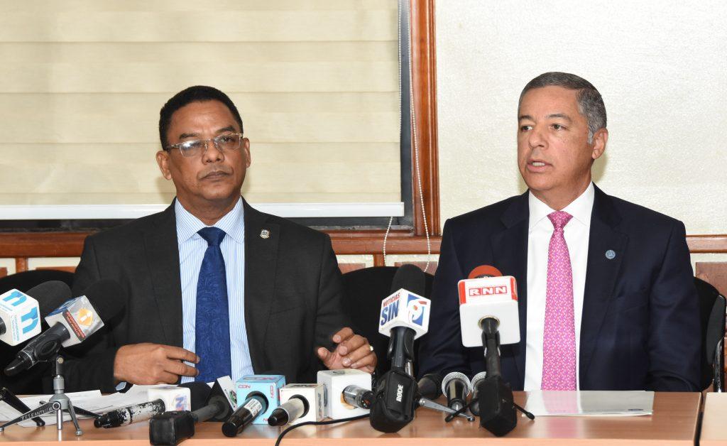 món Cabrera, presidente de la Comisión Permanente de Hacienda, y el ministro Donald Guerrero Ortiz, durante la reunión.
