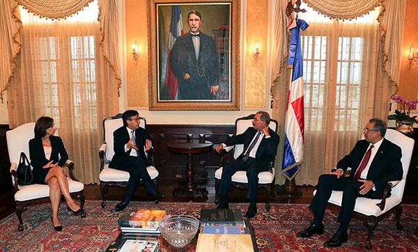 Danilo Medina recibe al presidente del BID