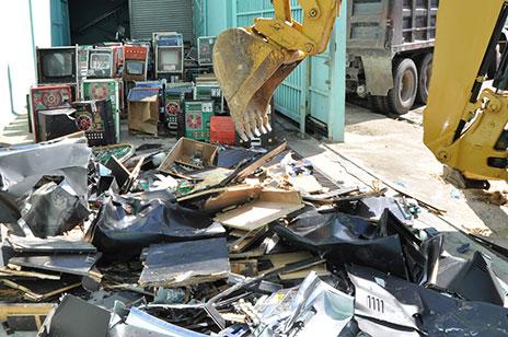 Hacienda destruye 326 tragamonedas que operaban de manera ilegal