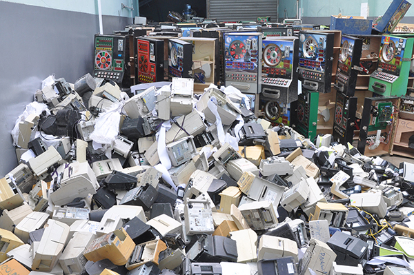 destruyen maquinas tragamonedas y equipos
