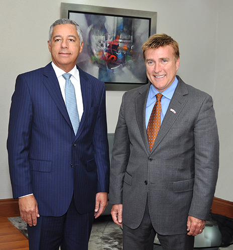 Embajador de EEUU visita al Ministro de Hacienda