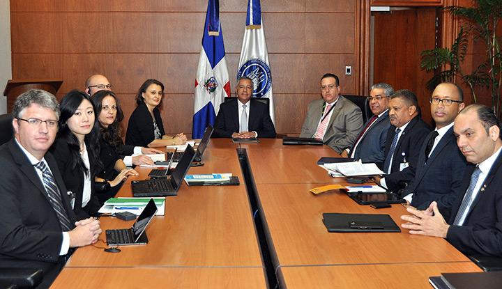 Ministro de Hacienda recibe misión del FMI