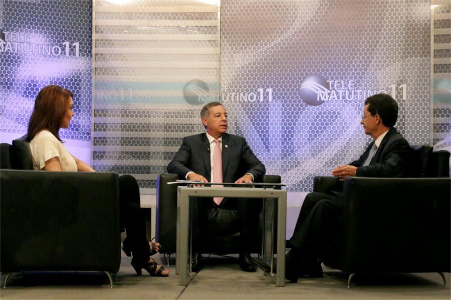 El ministro de Hacienda, Donald Guerrero Ortiz, durante su participación en el programa Telematutino 11, que conducen Ramón Núñez Ramírez y Jacqueline Morel.