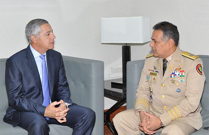 recibe visita del ministro de defensa