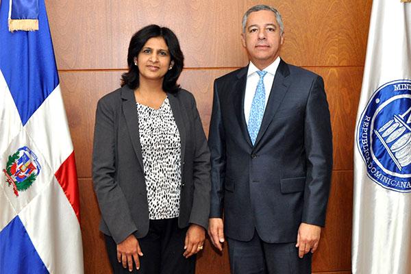 Ministro de Hacienda se reúne con directora del foro global sobre transparencia fiscal