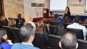 La directora de Administración de Recursos Humanos, Adolfina Tejada, presenta los resultados de las mediciones de Clima Organizacional y Gerencia y Liderazgo.