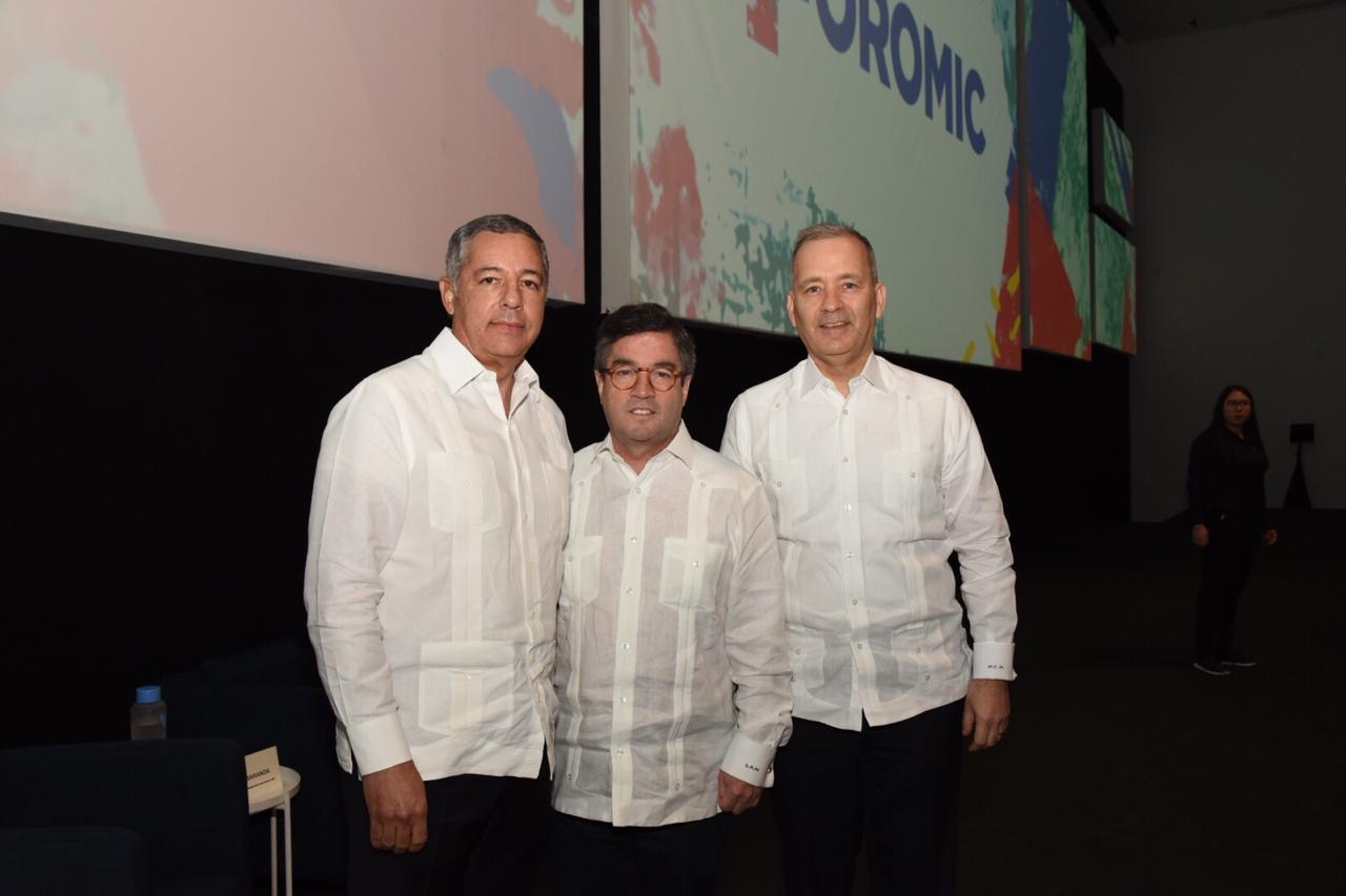 El ministro de Hacienda, Donald Guerreo Ortiz, junto al presidente del Grupo BID, Luis Alberto Moreno y el representante del Banco Interamericano de Desarrollo (BID) para la República Dominicana, señor Miguel Coronado.