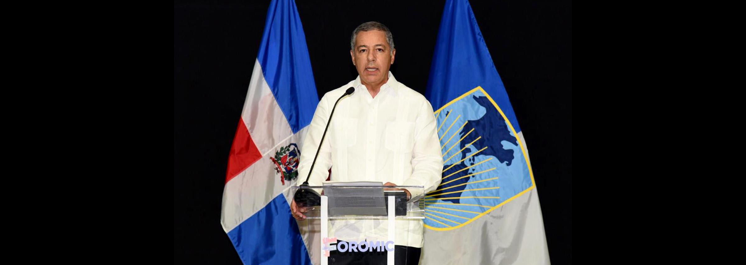 El ministro de Hacienda, Donald Guerrero Ortiz se dirige a los presentes en la ceremonia inaugural de FOROMIC, que se celebra en Punta Cana.