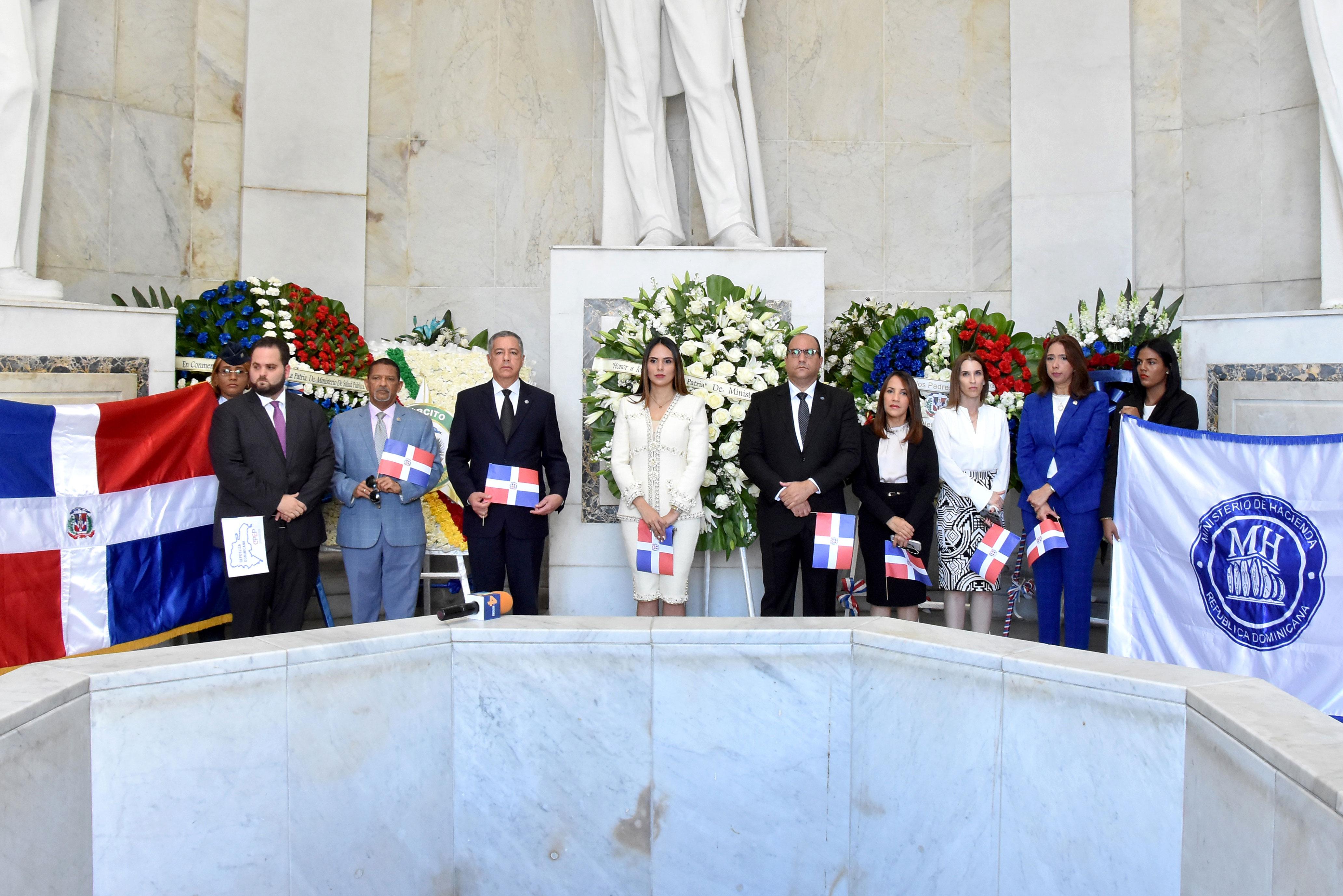 Funcionarios y colaboradores del Ministerio de Hacienda frente a la bandera nacional