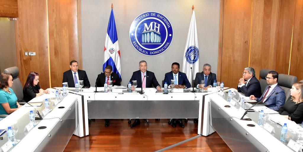 el ministro Guerrero Ortiz estuvo acompañado de los viceministros Técnico Administrativo, Manuel Arturo Pérez Cancel; de Políticas Tributarias, Martín Zapata; del Tesoro, Rafael Gómez y de Presupuesto, Patrimonio y Contabilidad, Luis Reyes.