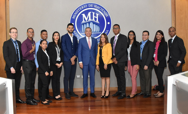 Ministro de Hacienda con los participantes del programa de pasantía en las Finanzas Públicas