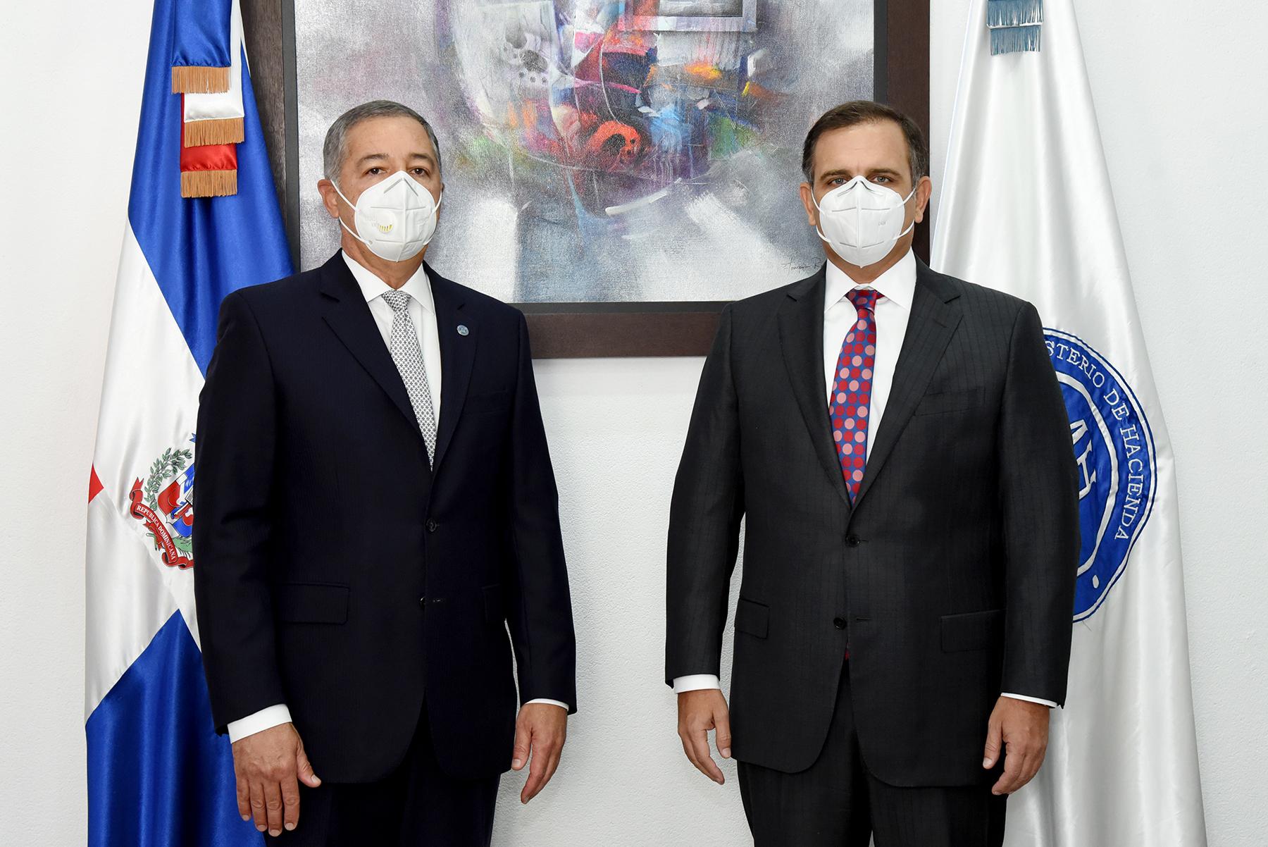 El ministro de Hacienda saliente, Donald Guerrero Ortiz, junto al nuevo ministro de Hacienda, José Manuel Vicente Dubocq
