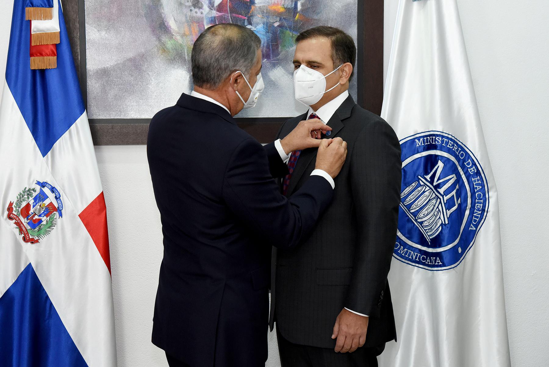 Donald Guerrero Ortiz cede el símbolo de representación del ministerio al nuevo ministro de Hacienda, José Manuel Vicente Dubocq.