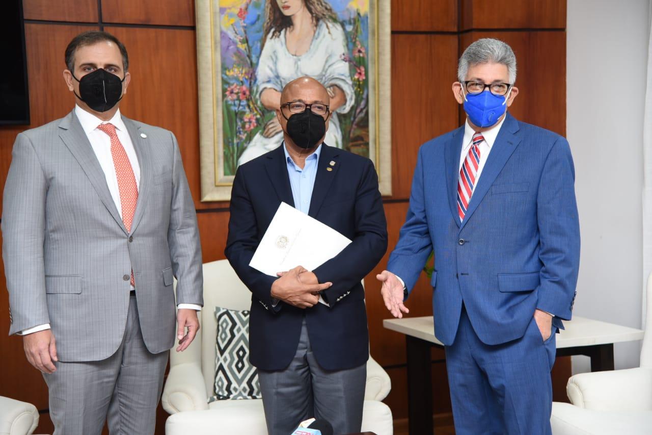 Jochi Vicente, ministro de Hacienda; Alfredo Pachecho, presidente de la Cámara de Diputados, y José Rijo Presbot, director general de Presupuesto.