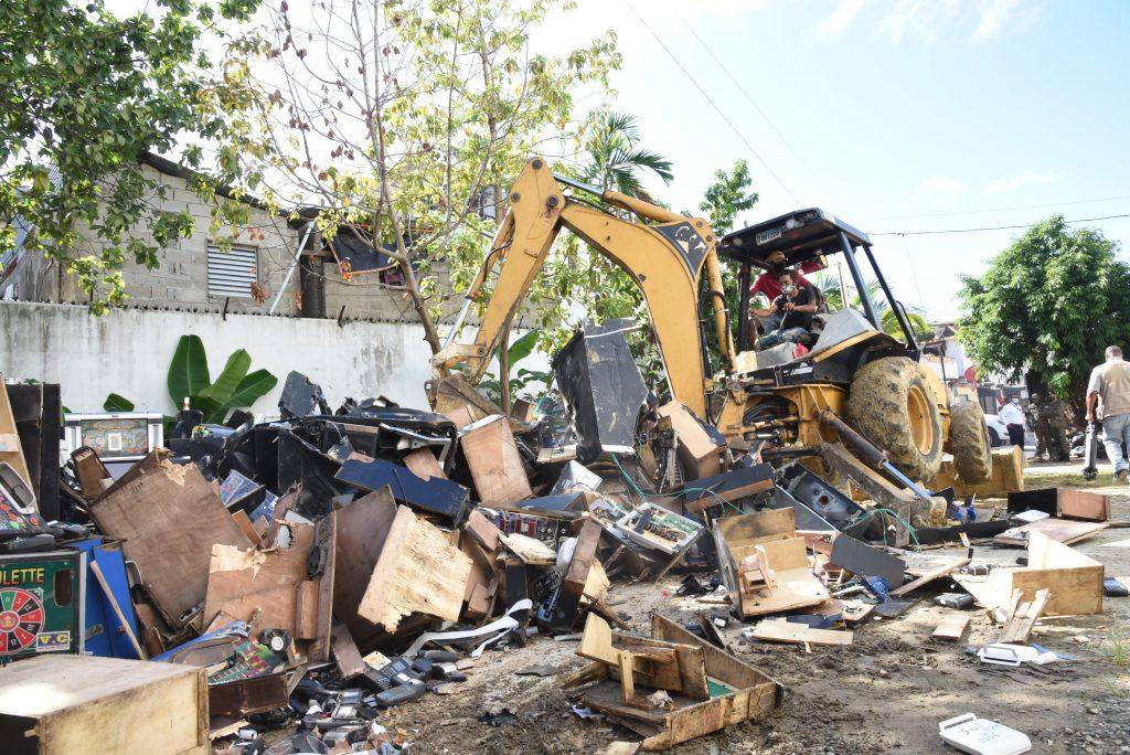 Parte de los equipos destruidos durante el desguace.