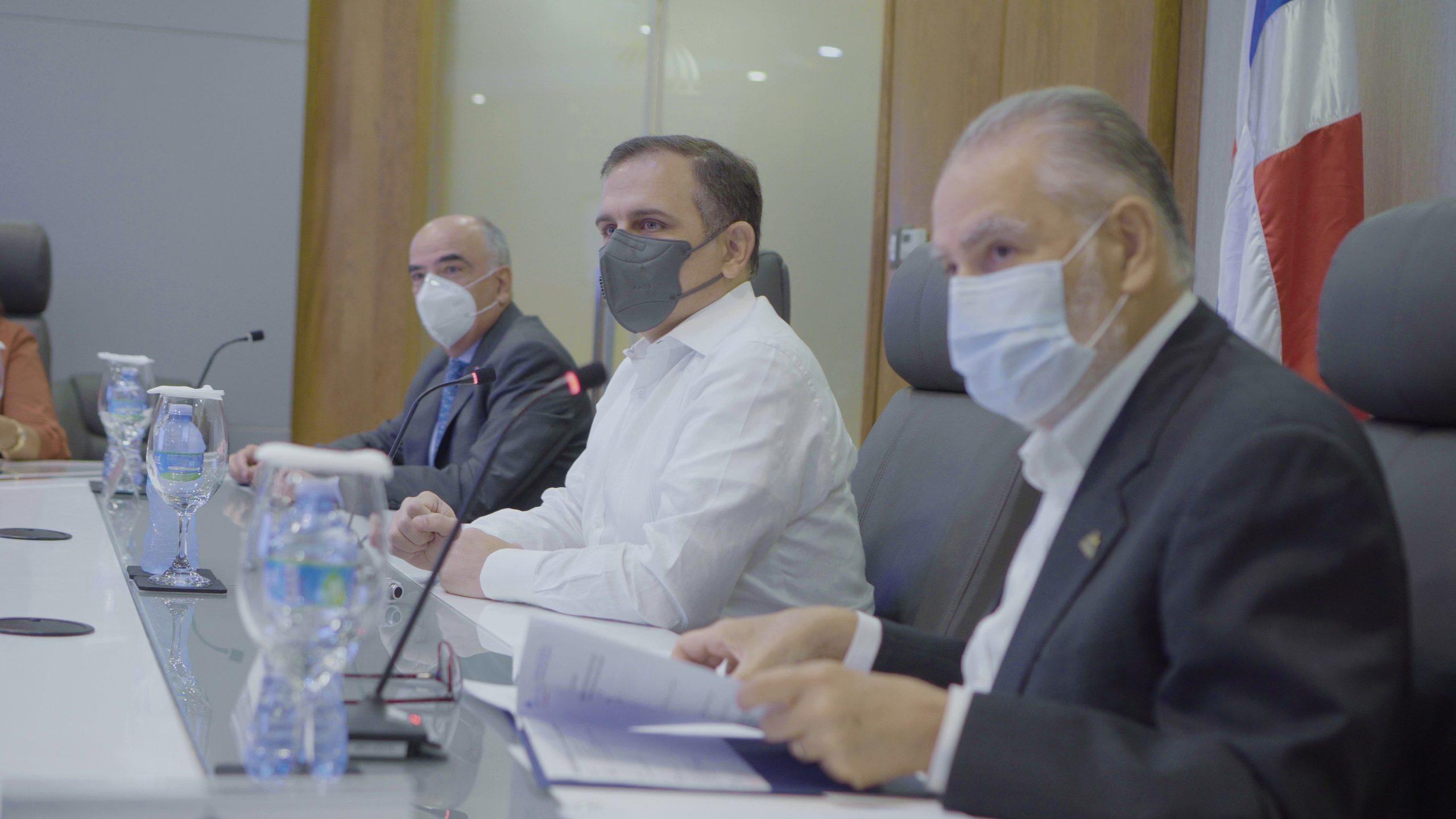 (De izquierda a derecha) Gianluca Grippa, embajador de la Unión Europea en el país; Jochi Vicente, ministro de Hacienda, y Miguel Ceara Hatton, ministro de Economía, Planificación y Desarrollo.