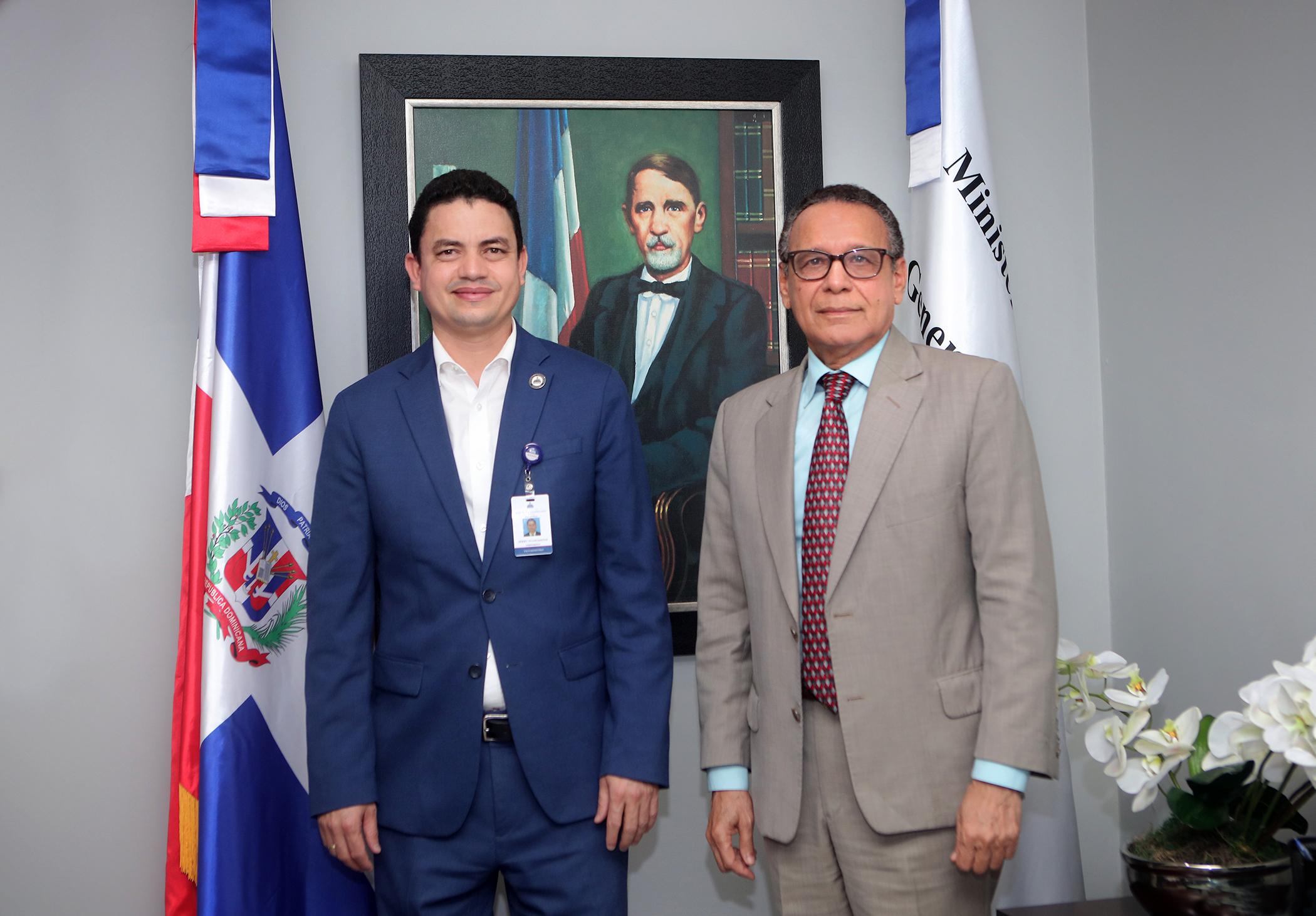 Derby De Los Santos, viceministro del Tesoro del Ministerio de Hacienda y Héctor Pérez Mirambeaux, director general de Catastro Nacional.