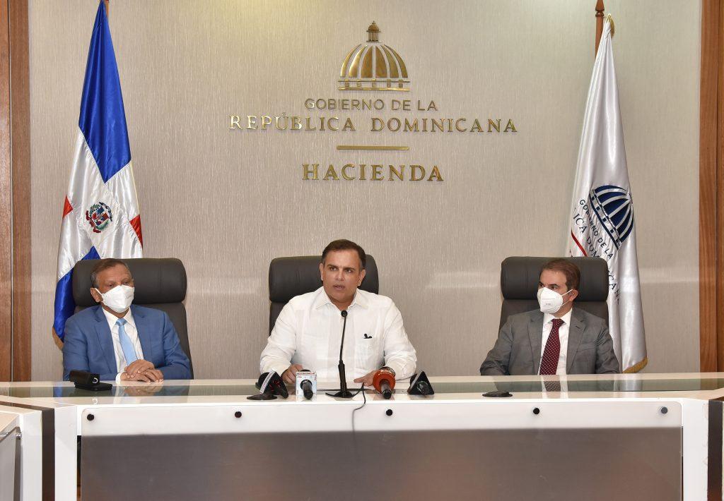 Leonardo Aguilera, presidente de la Refinería Dominicana de Petróleo PDV (REFIDOMSA); Jochi Vicente, ministro de Hacienda y Antonio Suglul, abogado externo.