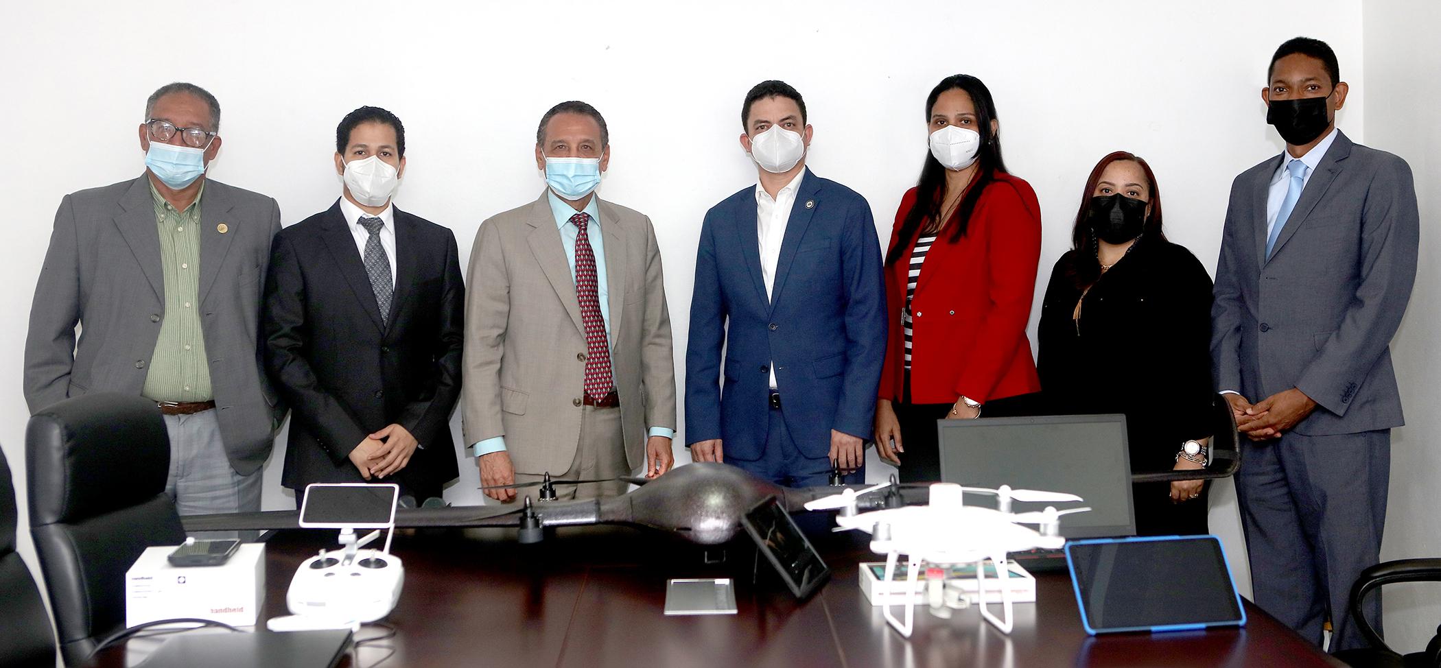 Autoridades del Ministerio de Hacienda y la DGCN durante la entrega de equipos.