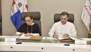 El ministro de Hacienda, Jochi Vicente, y la procuradora general de la República, Miriam Germán Brito, durante la firma del protocolo.